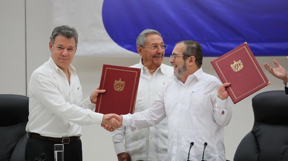 Der Präsident von Kolumbien, Juan Manuel Santos, und der Komandant der FARC-EP, Timoleón Jiménez, nach der Unterschrift der Waffenstillstandsvereinbarung und Einstellung der Feindseligkeiten. Foto: Luis Ruiz Tito/Presidencia Rep. Dominicana [CC BY-NC-ND 2.0] via Flickr.